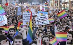 Decenas de miles de personas se manifestaron el domingo en París en apoyo del plan del Gobierno de legalizar el matrimonio y la adopción entre homosexuales, pero la participación se quedó lejos de la de la marcha en contra del proyecto hace dos semanas. En la imagen, miles de manifestantes marchan por las calles de París el 27 de enero de 2013. REUTERS/Christian Hartmann