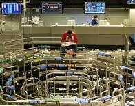 Operatori durante una pausa in una banca d'affari. REUTERS/Paulo Whitaker