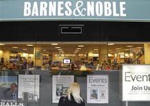 Barnes & Noble espera cerrar hasta un tercio de sus tiendas minoristas durante la próxima década, dijo Mitchell Klipper, consejera delegada del grupo minorista, al periódico Wall Street Journal en una entrevista. En la imagen, una mujer mira un escaparate de Barnes & Noble en Nueva York el 24 de octubre de 2012. REUTERS/Brendan McDermid
