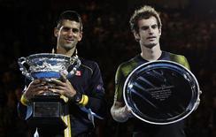 El cheque que Novak Djokovic ganó el domingo tras ganar el Abierto de Australia fue superior que el presupuesto anual para la lucha contra el dopaje en el tenis, un programa que muchos ven completamente inadecuado. En la imagen, de 27 de enero, Novak Djokovic y Andy Murray sostienen sus trofeos como campeón y subcampeón del Abierto de Australia. REUTERS/Daniel Munoz