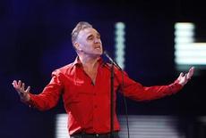 El cantante de rock británico Morrissey va a posponer seis conciertos de su gira estadounidense debido a una úlcera sangrante, según dijo su portavoz. En la imagen, de 24 de febrero de 2012, el cantante británico Morrissey en el festival internacional de Viña del Mar, en Santiago de Chile. REUTERS/Eliseo Fernandez