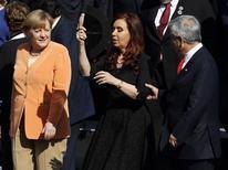 """Durante los discursos de cierre de una cumbre hace cinco años en Chile, el Rey de España le dijo al presidente de Venezuela, Hugo Chávez, """"¿Por qué no te callas?"""" en un intercambio que plasmó una reunión sin frutos entre Europa y América Latina en aquel momento. Dominadas por la retórica izquierdista y la inestabilidad en la región andina, las cumbres eran citas laterales ante el rápido crecimiento económico de Europa que siguió a la creación del euro hace una década, y las preocupaciones de Madrid y Bruselas estaban en otra parte. En la imagen, la canciller alemana, Angela Merkel (I), junto a la presidenta argentina, Cristina Fernández (C), y el presidente chileno, Sebastián Piñera, en Santiago el 26 de enero de 2013. REUTERS/Andres Stapff"""