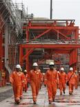 Нефтяники на каспийском месторождении Кашаган в Казахстане 11 октября 2012 года. Второй по величине в бывшем СССР после России добытчик нефти Казахстан ждет роста добычи нефти и газоконденсата до 82,0 миллиона тонн в этом году с 79,2 миллиона годом ранее, сказал министр нефти и газа Сауат Мынбаев. REUTERS/Robin Paxton