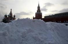 Сугроб на Красной площади в Москве 21 января 2013 года. Рабочая неделя принесет в российскую столицу потепление, но при этом будет снежной, ожидают синоптики. REUTERS/Sergei Karpukhin
