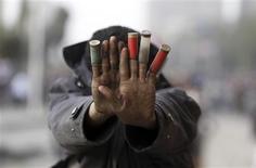 El gabinete egipcio ha aprobado un proyecto de ley que da al Ejército el poder para arrestar civiles y ayudar a la policía a proporcionar seguridad, dijo una fuente del gabinete a Reuters el lunes, después de conocerse que la cifra de muertos en unas protestas antigubernamentales que duran seis días asciende a 50. En la imagen, un manifestante en protestas en El Cairo el 27 de enero de 2013. REUTERS/Amr Abdallah Dalsh