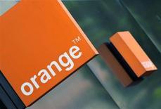 France Télécom-Orange a annoncé lundi le lancement de son réseau 4G à Paris, prenant de cours son concurrent SFR, filiale de Vivendi, qui a prévu d'inaugurer mardi le démarrage de son offre parisienne très haut débit. /Photo d'archives/REUTERS/Toby Melville