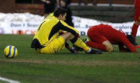 Liverpool's Brad Jones (L) and Sebastian Coates react after conceding their second goal during their FA Cup fourth round match against Oldham Athletic at Boundary Park in Oldham, northern England, January 27, 2013. REUTERS/Phil Noble