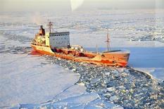 Российский танкер Ренда проходит сквозь льды на пути к порту Ном в Аляске 13 января 2012 года. Танкерные поставки российского сжиженного газа из Арктики через Берингов пролив в Азию начнутся в лучшем случае через десятилетие из-за устаревшей инфраструктуры, нехватки судов и споров о правах на судоходные пути, считают аналитики REUTERS/U.S. Coast Guard/Charly Hengen/Handout
