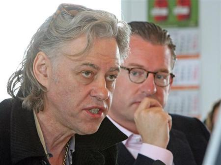 Bob Geldof, former singer of the Boomtown Rats and organizer of the Live Aid concerts for Africa (L) sits next to Kai Diekmann, editor in chief of German newspaper Bild, during an editorial meeting in the newsroom of the paper in Hamburg, northern Germany May 31, 2007. REUTERS/Fabian Bimmer/Pool/Files
