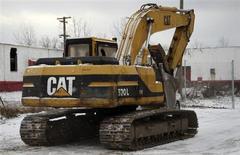 Caterpillar, le premier constructeur mondial de tracteurs et d'excavatrices, publie lundi un bénéfice trimestriel en baisse de 55%, ses clients ayant vendu leurs stocks existants plutôt que d'acheter de nouvelles machines. /Photo prise le 25 janvier 2013/REUTERS/ Rebecca Cook