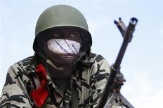 Un soldado de Mali realiza una guardia con su rifle de combata en un camino entre Konna y Sevare, ene 27 2013. Tropas malienses apoyadas por soldados franceses buscaban el lunes en Tombuctú a rebeldes islamistas tras tomar el aeropuerto y rodear la antigua localidad turística y comercial del Sáhara en una ofensiva relámpago contra los combatientes aliados de Al Qaeda en el norte de Mali. REUTERS/Eric Gaillard