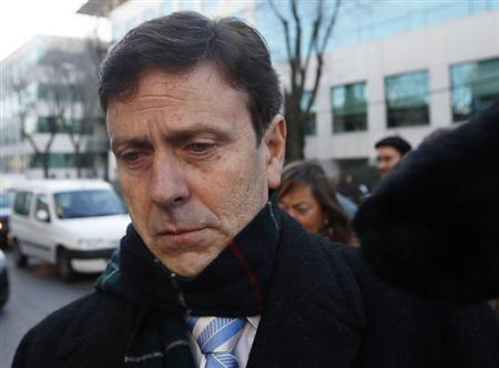 Spanish doctor Eufemiano Fuentes (C) is surrounded by media as he enters a courthouse on the first day of the high-profile Operacion Puerto doping trial in Madrid, January 28, 2013. REUTERS/Sergio Perez