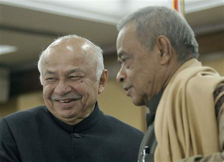 India's Home Minister Sushil Kumar Shinde (L) and Bangladesh's Minister for Home Affairs Mohiuddin Khan Alamgir pose for the media after signing a treaty in Dhaka January 28, 2013. Bangladesh and India signed two treaties on Monday to liberalize visa agreements and to revise visa restrictions of the two neighbouring countries. REUTERS/Andrew Biraj