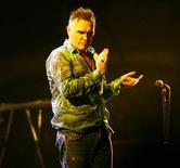 Foto de archivo del cantante británico Morrissey durante una presentación en el Festival de Música de Coachella en Indio, EEUU, abr 17 2009. El cantante de rock británico Morrissey va a posponer seis conciertos de su gira estadounidense debido a una úlcera sangrante, según dijo su portavoz. REUTERS/Mario Anzuoni