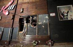 Flores são colocadas por moradores na fachada da boate Kiss, onde ocorreu um incêndio que matou pelo menos 231 pessoas, em Santa Maria, no Rio Grande do Sul. 27/01/2013 REUTERS/Ricardo Moraes