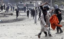 Les manifestations violentes qui durent depuis cinq jours en Egypte ont fait un mort de plus lundi au Caire (photo), au lendemain de l'imposition de l'état d'urgence à Ismaïlia, Suez et Port-Saïd, d'où sont partis les troubles jeudi. /Photo prise le 28 janvier 2013/REUTERS/Amr Abdallah Dalsh