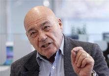 Prominent Russian journalist Vladimir Pozner gestures during an interview with Reuters journalists in Moscow December 5, 2011. REUTERS/Grigory Dukor (RUSSIA - Tags: POLITICS ELECTIONS) - RTR2UVEQ