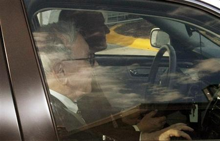 Berkshire Hathaway Chairman Warren Buffett drives by the Borsheim's jewellery store which is hosting a reception for BH shareholders at the Berkshire-owned store in Omaha, Nebraska April 29, 2011. REUTERS/Rick Wilking