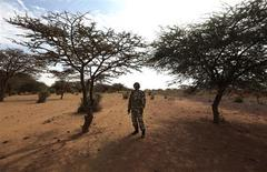 A Malian soldier stands guard on the road between Konna and Sevare January 27, 2013. REUTERS/Eric Gaillard (MALI - Tags: POLITICS CONFLICT MILITARY)