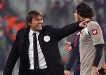 """L'entraîneur de la Juventus Turin, Antonio Conte, a été suspendu pour deux matches lundi, après avoir insulté les officiels lors du match nul 1-1 concédé face au Genoa samedi en championnat d'Italie, à l'issue duquel il avait qualifié l'arbitrage de """"honteux"""". /Photo prise le 26 janvier 2013/REUTERS/Stefano Rellandini"""