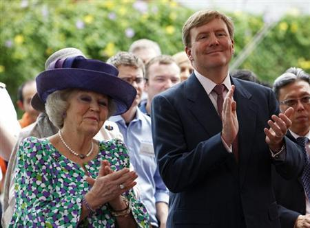 Queen Beatrix of the Netherlands (L) and Crown Prince Willem-Alexander applaud during the renaming ceremony of the National University of Singapore's Aquatic Science Center in Singapore January 25, 2013. The water research facility was renamed the Van Kleef Centre to honour the late Dutch businessman Karel Willem Benjamin van Kleef for his contributions to Singapore. REUTERS/Edgar Su (SINGAPORE - Tags: ROYALS POLITICS)