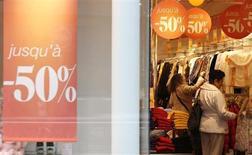 Le premier bilan des soldes d'hiver sur quinze jours se révèle négatif pour le secteur de l'habillement, avec des ventes en recul de 2% par rapport à l'année dernière. /Photo prise le 9 janvier 2013/REUTERS/Christian Hartmann
