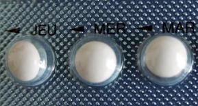 L'Agence européenne des médicaments (EMA) va examiner l'innocuité des contraceptifs oraux combinés de troisième et quatrième générations afin de déterminer s'il y a lieu d'en limiter l'usage. Cette décision fait suite à une requête de la France, dont l'Agence nationale de sécurité du médicament (ANSM) a estimé lundi que la pilule Diane 35 ne devait plus être utilisée comme contraceptif. /Photo prise le 3 janvier 2013/REUTERS/Eric Gaillard