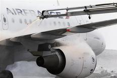 """Air France a dévoilé lundi une nouvelle marque baptisée """"Hop!"""" qui regroupe ses activités régionales afin de reprendre des parts de marché aux compagnies à bas coûts. Le site www.hop.fr proposera à partir de mardi 530 vols quotidiens vers 136 destinations en France et en Europe, à des tarifs démarrant à 55 euros l'aller simple. /Photo prise le 25 janvier 2013/REUTERS/Michael Dalder"""