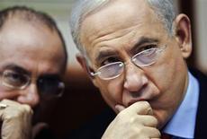 Vice-primeiro ministro israelense, Silvan Shalom (E), e primeiro ministro do país, Benjamin Netanyahu (D) são vistos durante reunião de gabinete em Jerusalém, em dezembro. Israel pode recorrer a uma ação militar se considerar que a Síria está perdendo o controle sobre seu arsenal de armas químicas, disse o vice-premiê israelense no domingo. 23/12/2012 REUTERS/Sebastian Scheiner/Pool
