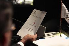 O vice-presidente da Venezuela, Nicolás Maduro, lê uma carta do presidente Hugo Chávez em reunião geral na cúpula da Comunidade dos Estados Latinoamericanos e Caribenhos (CELAC) em Santiago, 28/01/2013 REUTERS/Palácio Miraflores/Divulgação