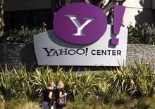 Yahoo a vu son bénéfice net diminuer au quatrième trimestre, mais son chiffre d'affaires net a progressé à la faveur d'une hausse des recettes publicitaires liées à la recherche sur internet. /Photo d'archives/REUTERS/Lucy Nicholson