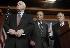 Un grupo de senadores demócratas y republicanos de Estados Unidos que ha acordado un plan de reforma migratoria dijo el lunes que esperan avanzar rápido en una ley que podría dar a 11 millones de inmigrantes ilegales una oportunidad para convertirse en ciudadanos estadounidenses. En la imagen, (de derecha a izquierda) los senadores de Estados Unidos Richard Durbin, Charles Schumer y John McCain, escuchan la pregunta de un periodista en una rueda de prensa sobre la reforma migratoria, en el Capitolio, en Washington, el 28 de enero de 2013. REUTERS/Gary Cameron