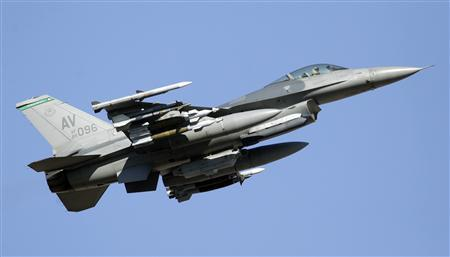 A U.S. Air Force F-16 fighter jet flies over the NATO airbase in Aviano, northern Italy, in this March 21, 2011 file photo. REUTERS/Alessandro Garofalo/Files (ITALY - Tags: MILITARY DISASTER)