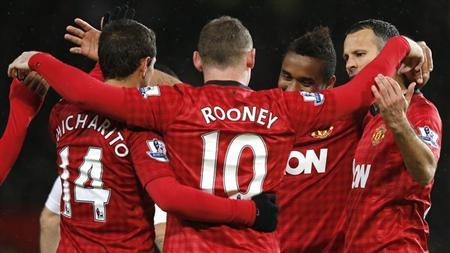 Manchester United's Wayne Rooney (C) is congratulated by team mates after scoring during their FA Cup fourth round soccer match against Fulham at Old Trafford in Manchester, northern England, January 26, 2013. REUTERS/Phil Noble