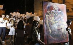 Milhares de pessoas participam de uma caminhada em homenagem às vítimas do incêndio na boate Kiss, em Santa Maria, no Rio Grande do Sul, nesta segunda-feira. 28/01/2013 REUTERS/Ricardo Moraes