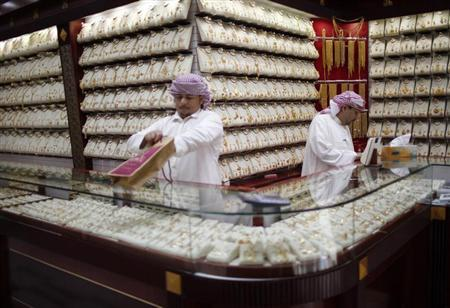 Employees arrange jewellery at a a shop at the Gold Souq in Dubai, January 10, 2013. REUTERS/Ahmed Jadallah/Files