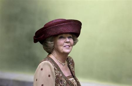 Queen Beatrix of the Netherlands visits the Senate building in Mexico City November 3, 2009. REUTERS/Daniel Aguilar (MEXICO ENTERTAINMENT ROYALS)