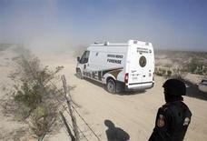 Las autoridades mexicanas encontraron el lunes una docena de cadáveres entre los cuales se identificó a algunos de los integrantes del grupo musical Kombo Kolombia, que fue reportado como desaparecido el fin de semana en el norteño estado de Nuevo León. En la imagen, un furgón de la policía forense pasan cun puesto de control cerca de la escena de un crimen en el exterior de la ciudad de Mina, en el estado de Nuevo León, a 92 km de la ciudad de Monterrey, el 28 de enero de 2013. REUTERS/Daniel Becerril