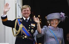 Королева Нидерландов Беатрикс с сыном, принцем Виллемом-Александром, приветствуют людей с балкона дворца в Гааге, 21 сентября 2010 года. Королева Нидерландов Беатрикс, отметившая в четверг свое 75-летие, объявила о своем отречении от престола в пользу сына, принца Виллема-Александра, сказав стране, что пришло время передать корону новому поколению. REUTERS/Jerry Lampen