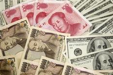 Dollari e yen in biglietti da diversi tagli. REUTERS/Truth Leem