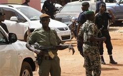 Soldati maliani nei pressi di Bamako. REUTERS/Luc Gnago