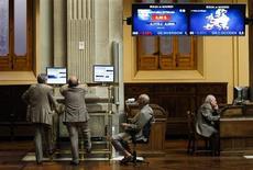 La bolsa española abrió el martes sin grandes cambios, siguiendo la estela de las principales plazas europeas, al consolidar los inversores las ganancias registradas en el positivo arranque del año. En la imagen de archivo, traders en la Bolsa de Madrid, el 23 de julio de 2012. REUTERS/Susana Vera