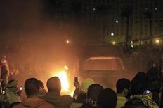 El jefe de los militares egipcios dijo que el conflicto político en el país podría llevar al colapso del Estado y proteger el Canal de Suez era uno de los principales objetivos de un despliegue del Ejército en las proximidades de las ciudades sacudidas por la violencia. En la imagen, manifestantes frente a un vehículo de la policía en llamas, en El Cairo, el 28 de enero de 2013. REUTERS/Mohamed Abd El Ghany