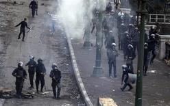 Affrontements entre forces de l'ordre et manifestants au Caire. L'armée égyptienne a mis en garde mardi matin contre les risques d'effondrement de l'Etat alors que des manifestants ont défié le couvre-feu imposé par le président Mohamed Morsi dans trois villes situées le long du canal de Suez. /Photo prise le 28 janvier 2013/REUTERS/Mohamed Abd El Ghany