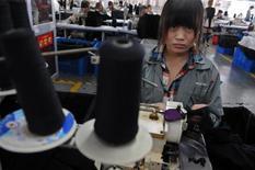 Un'operaia cinese a lavoro. REUTERS/Stringer