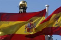 Bandiere spagnole sventolano davanti alla sede della Banca di Spagna nel centro di Madrid. REUTERS/Sergio Perez