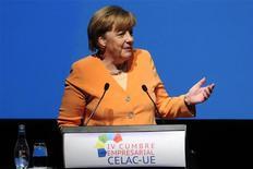 La confianza del consumidor alemán subió por primera vez en cuatro meses en los datos correspondientes a febrero gracias a que el momento de calma en la tormenta de la zona euro aumentó el optimismo, dijo el martes el grupo de investigación de mercado GfK. En la imagen, la canciller alemana, Angela Merkel, el 26 de enero de 2013 en Santiago de Chile.REUTERS/Jorge Sánchez