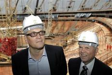 A tan solo 500 días para el comienzo del Mundial de Fútbol de 2014 en Brasil, la FIFA, organismo rector del fútbol mundial, advirtió a los anfitriones que no pueden permitirse más retrasos en la puesta a punto de los preparativos. En la imagen, el secretario general de la FIFA, Jerome Valcke (I) y el presidente de la Confederación Brasileña de Fútbol José María Marín visitan el Estadio Nacional, en Brasilia, 28 de enero de 2013. REUTERS/Ueslei Marcelino