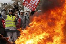 Manifestation des salariés de Renault à l'usine de Flins. Les négociations chez le groupe au losange et PSA Peugeot Citroën ont repris mardi dans un climat tendu. /Photo prise le 29 janvier 2013/REUTERS/Christian Hartmann
