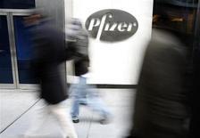 Люди проходят мимо штаб-квартиры Pfizer в Нью-Йорке 3 февраля 2010 года. Выручка и прибыль Pfizer Inc оказались лучше ожиданий за счет спроса на развивающихся рынках, однако прогнозы фармацевтического гиганта на 2013 год несколько разочаровали Уолл-стрит. REUTERS/Brendan McDermid